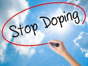 Femme main écrit Stop Doping avec un marqueur noir sur l'écran visuel. Isolé sur le ciel ensoleillé. Concept d'entreprise. Photo Banque d'images - 72077497