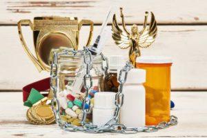 Trophée de championnat et médicaments illégaux. Chaînes sur des bouteilles de pilules et seringue. Concept de scandale de dopage. Banque d'images - 93086076