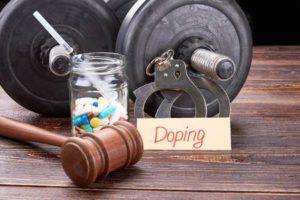 Gavel, pilules colorées, seringue, haltères. Message de dopage, menottes, pilules, seringue, haltères sur fond en bois. Médecine illégale dans l'activité sportive. Banque d'images - 82113251
